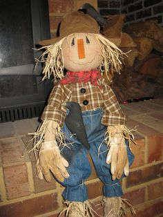 Primitive Scarecrow and Crow. Scarecrows For Garden, Primitive Scarecrows, Fall Scarecrows, Primitive Fall, Make A Scarecrow, Scarecrow Doll, Scarecrow Costume, Scarecrow Ideas, Fall Halloween