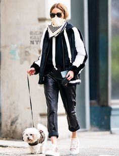 Olivia Palermo Street Style in a Black Tucked in Shirt Walking Her Dog New York, Spring Summer Estilo Olivia Palermo, Olivia Palermo Street Style, Olivia Palermo Outfit, Olivia Palermo Winter Style, Star Fashion, Look Fashion, Spring Fashion, Winter Fashion, Paris Fashion