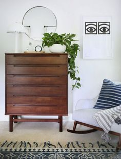 Classic modern vs scandi style dresser sunny circle studio this beautiful mid-century modern dresser can be styled two ways! See how i styled this dresser from with classic modern accessories and beautiful scandinavian minimalistic accessories too. Mid Century Modern Dresser, Mid Century Modern Bedroom, Mid Century Furniture, Vintage Dressers, Vintage Furniture, Modern Furniture, Furniture Ideas, Metal Furniture, Furniture Inspiration