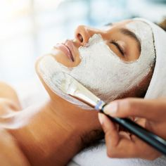 Branding Licensed esthetician and founder of skincare brand KLUR, Lesley Thornton, explains why some of us suffer from post-facial breakouts. Best At Home Facial, Steaming Your Face, Oil Based Cleanser, Best Skincare Products, Skin Products, Beauty Products, Facial Massage, Facial Serum, Skin Care