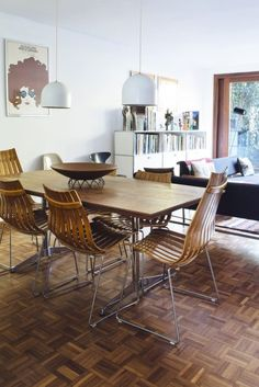Sixties glamour meets the mid-century modern revival at the expertly interior designed home of vintage furniture specialist Ben Adams Retro Vintage, Vintage Stil, 25 Beautiful Homes, Open House Plans, Style Retro, Grand Designs, Interior Photography, Open Plan Living, Mid Century Modern Design