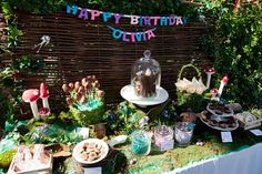mesa de merienda en fiesta de hadas
