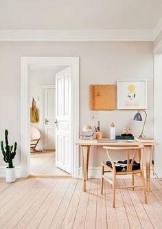 Minimal bright & cozy workspce