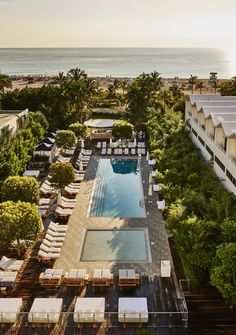Blick auf den 176m² großen beheizten Meerwasserpool direkt am Strand, miteiner Lounge und Cabanas am Pool. Nautilus South Beach, Miami