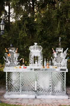 Check out these wedding ice sculpture ideas for your big day. The old-school wedding detail is new again thanks to these fun, fresh ideas. Frozen Decorations, Wedding Decorations, Decor Wedding, Food Trucks, Old School Wedding, Ice Sculpture Wedding, Sorbet, Ice Luge, Ice Bars