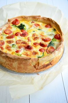 quiche with broccoli and tomatoes Vegetarian Recipes, Cooking Recipes, Healthy Recipes, Quiche Au Brocoli, Tomato Quiche, Quiches, Food For Thought, Food Inspiration, Love Food