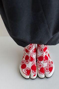 Kabuki Costume, Geisha Japan, Best Leather Jackets, Japanese Kimono, Japanese Mask, Modern Kimono, Tabi Shoes, Red Slippers, Minimalist Shoes