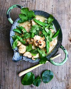 Gestern, beim Thailänder um die Ecke, da fiel es mir wieder ein. Das sagenhafte Limetten-Zitronengras-Curry von Donna Hay, das ich vor 2 Jahren mindestens einmal pro Woche gekocht habe. Weil es so gut ist und weil es so schnell geht und weil es nach einem langen Arbeitstag einfach nichts Besseres gibt als ein cremiges, wärmendes …