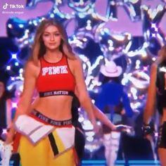 Victoria's Secret Fashion Show: Avengers, Protecting the World From Clothes Gigi Hadid Runway, Gigi Hadid Gif, Gigi Hadid Walk, Gigi Hadid Looks, Bella Hadid Style, Gigi Hadid Victoria Secret, Modelos Victoria Secret, Victoria Secret Fashion Show, Gigi Hadid Modeling