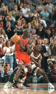 Gary Payton playing defense on Michael Jordan Mike Jordan, Jordan Bulls, Michael Jordan Basketball, Sports Images, Sports Pictures, Charlotte Hornets, Larry Bird, Nba Players, Basketball Players