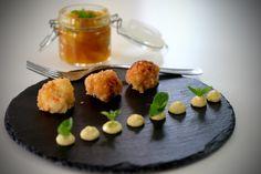Polpettine di gamberi, chutney di pesche e maionese al curry