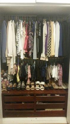 """Guarda roupa: Fiz varal """"extra"""" com cabo de vassoura suspenso por barbante preso ao varal original de cima. Em cima coloquei camisas e casacos. No de baixo calças e vestidos dobrados em 4 partes. Abaixo sapatos."""