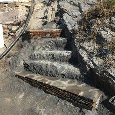 Escala de pedra, construcció basada en la bioconstrucció.