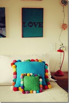 Pom pom pillows for girls' room! Pom Pom Crafts, Yarn Crafts, Diy And Crafts, Tshirt Garn, Sewing Projects, Craft Projects, Crochet Cushions, Pom Poms, Soft Furnishings