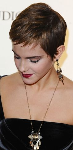 Love Emma Watson's hair ( & makeup ) this time, especially how short she chose to go. Pixie Haircut 2016, Short Pixie Haircuts, Short Hair Cuts, Short Hair Styles, Emma Watson Pixie, Emma Watson Short Hair, Rihanna Pixie Cut, Celebrity Short Hair, Celebrity Hairstyles