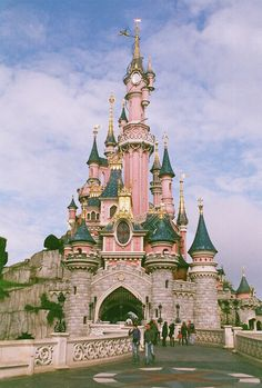 France, Île-de-France - Paris, Disneyland - I want to go to all the Disney Parks. I love everything Disney! Disney Love, Disney Magic, Disney Theme, Disneyland Park Paris, Disneyland California, Disneyland Castle, Disneyland Resort, Places To Travel, Places To Go