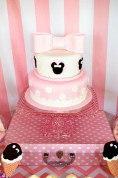 Bolo de aniversário com temática da Minnie.