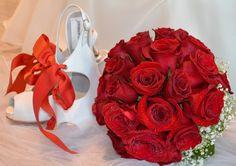 RAMO DE NOVIA BOUQUET ROSAS ROJAS ¡¡¡ PON COLOR EN TU BODA !!!. El Arriate floristas vuelven a proponernos algo de color para un precioso bouquets que en GIANCARLO NOVIAS se nos ha ocurrido conjuntar con un magnifico vestido diseño de ROSA CLARA marca almanovia con complementos de Umberto & Perizaly zapatos de la coleccion de calzado a medida dream shoes collection . ¡¡¡ GRACIAS POR TU INTERES EN GIANCARLO NOVIAS !!! TLF 91 699 94 94 www.vestidosnovia...