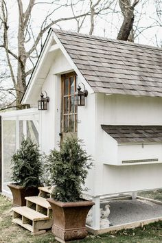 white chicken coop with full size front door and shingle roof. Love this farmhouse style white chicken coop with full size front door and shingle roof. Love this farmhouse style Chicken Coop Designs, Cheap Chicken Coops, Portable Chicken Coop, Chicken Coup, Best Chicken Coop, Backyard Chicken Coops, Building A Chicken Coop, Chickens Backyard, Chicken Barn