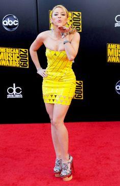 Pero también Shakira ha incursionado en la actuación, ella protagonizó la miniserie El Oasis. Igualmente apareció en la serie original de Disney Channel Wizards of Waverly Place, en 7 vidas, y en Ugly Betty.