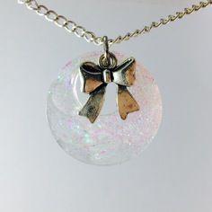 Collier résine transparente paillettes colorées