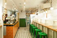 Attendant London Café (Londres, Inglaterra) Utiliza un aseo público del siglo XIX que ha sido restaurado y renovado, conservando azulejos y piezas de porcelana originales.