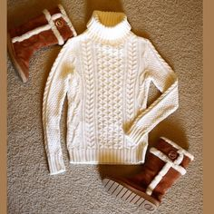 Banana Republic Turtleneck sweater Very good condition! Warm turtleneck sweater. Color is between white and beige Banana Republic Sweaters Cowl & Turtlenecks