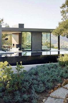 Oak Pass House sits on an impressive hilly site in Beverly Hills, California. Its architects Walker Workshop set out to create a home that blended naturally into the hilly terrain and the 130 oak trees that grow on the site. They wanted the house Architecture Résidentielle, Contemporary Architecture, Workshop Architecture, Photo D'architecture, Glass House Design, Exterior Design, Beautiful Homes, House Styles, Outdoor