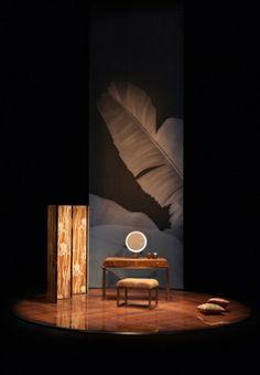 Paravento Exception in tessuto Armani/Casa Textiles by Rubelli con coiffeuse Glam in fibra di banano e metallo.