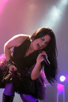 """Evanescence acaba de lanzar el video de """"Lost In Paradise"""", una recopilación de imágenes capturadas por sus fans durante el Tour que la banda de Amy Lee emprendió el año pasado y que fue dirigido y editado por Black Judd."""