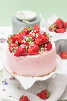 This Strawberry Ricotta Cake is the most delicious Italian-inspired dessert. The rich ricotta provides the cake with perfect moisture and density. Köstliche Desserts, Frozen Desserts, Delicious Desserts, Dessert Recipes, Yummy Food, Ice Cream Party, Sweet Cream Ice Cream, Cream Cake, Sweets