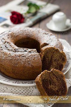 Ciambella al caffè e cioccolato marmorizzata e sofficissima. Una ciambella bicolore al caffè con cioccolato, ricetta facile da fare, ottima per la colazione