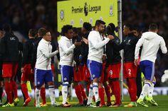 Hráči triasť ruky pred odštartuje v priebehu stretnutia Premier League medzi Chelsea a Liverpool na Stamford Bridge 16. septembra 2016 v Londýne, Anglicko.