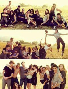 "the cast of ""Twilight"" in a photo shoot ""Vanity Fair"" magazine. Twilight Film, Twilight Saga Quotes, Twilight Saga Series, Twilight Edward, Twilight Cast, Twilight New Moon, Robert Pattinson Twilight, Beau Film, Bella Und Edward"