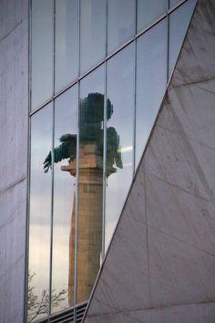 MONUMENTO DA GUERRA PENINSULAR REFLECTIDO NUMA PAREDE DA CASA DA MÚSICA. - Porto - Portugal