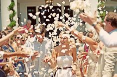 Saida de igreja com Pétalas de Flores Conferem um ar leve e romântico na saída dos noivos!