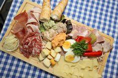 Brettljausn 😁👍 #hochsteiermark #Käse #Fleisch #Gemüse #Stärkung #gschmackig #Almjausn #KöstlichkeitenausderSteiermark 📷 (c) Freisinger Dairy, Cheese, Food, Meat, Meal, Essen, Hoods, Meals, Eten