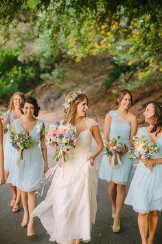 Les robe bleus courte pour jumeler les fleurs roses