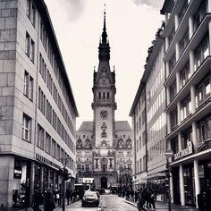 Hamburger Rathaus in schwarz-weiß