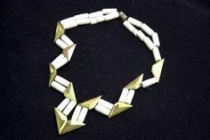 Collier Elsa Triolet, porcelaine et métal doré, années 1930