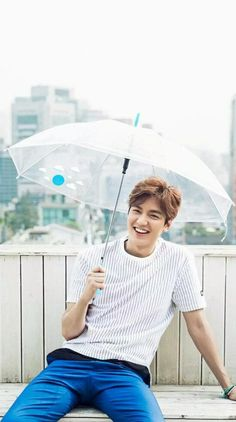 Lee Min Ho with Promiz Transparent umbrella series. So Ji Sub, Park Shin Hye, Asian Actors, Korean Actors, Korean Dramas, Lee Min Ho 2017, Lee Min Ho Wallpaper Iphone, Lee Min Ho Smile, Lee Minh Ho
