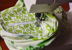 Lorraine from ikat bag shares a tutorial for a new summer essential, the On the Go Wallet-to-Tote! Diy Bags Tutorial, Sew Mama Sew, Reusable Shopping Bags, Side Bags, Wallet Pattern, Bag Patterns To Sew, Zipper Bags, Sewing Techniques, Sewing Tutorials