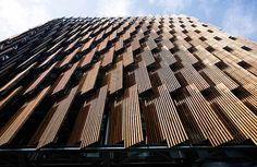 LAMELLE FRANGISOLE  La facciata ovest è completamente rivestita da un sistema di lamelle frangisole in legno riciclato disposte in modo tale da catturare la luce del sole del mattina, schermando invece la luce del pomeriggio. Le lamelle sono inoltre collegate con il sistema fotovoltaico  in modo da aprirsi e chiudersi a seconda delle reali esigenze climatiche