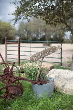 Next time you think of rustic or shabby chic, this sweet little Texas number byNicole Chatham Photographyshould be the first fête to pop in your head. Because loves, it's the definition of rustic chic. From the perfectly placed florals byPetal