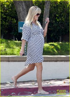 Reese Witherspoon- great maternity style