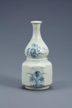 白磁青華草花文瓢形瓶 | 収蔵品データベース::國立中央博物館