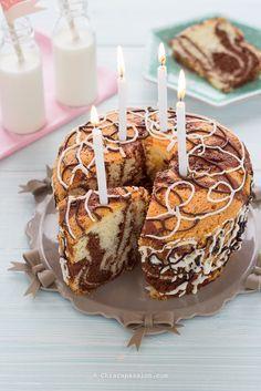 La ciambella marmorizzata è in assoluto la torta preferita dai bambini perché soffice, leggera e con il disegno bicolore che tanto piace ai più piccoli. E' una torta che si realizza in pochissimo tempo, senza robot ma solo usando 2 ciotole, senza burro ma con l'olio di semi; ottimape