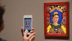 """Vita tormentata e impegno politico: la più famosa pittrice messicana è diventata un'icona pop. Anzi, una santa.Era il 2015 e su Rai1, davanti a un Fabio Fazio gentile, Madonna diceva rivolgendosi al pubblico: """"She didn't give a fuck"""". Si riferiva a Frida Kahlo, e all'estetica coraggiosa della pittric"""