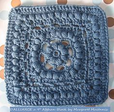 Free granny square pattern (looks like a forget-me-not in the centre <3)