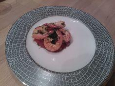 Gambas sauté à l'ail sur tian de suprême de tomate et lit de pousses d'épinard. (Yannick Alléno)